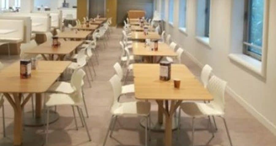 Photo de la salle des convives sur le restaurant inter entreprise du 2 place des Vosges à Courbevoie - La Défense.