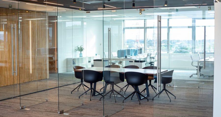 Cette photo a été prise dans les locaux de copernic à Massy. Elle représente une salle de réunion avec des portes et cloisons vitrées.