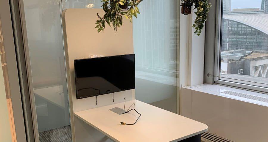 Photo prise sur la tour PB5 EDF d'une bulle à usage de réunion avec une table langue de chat.