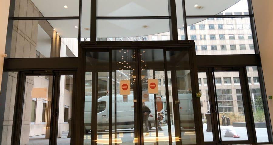 Photo prise depuis l'intérieur de la façade de l'immeuble Jean-Monnet à La Défense