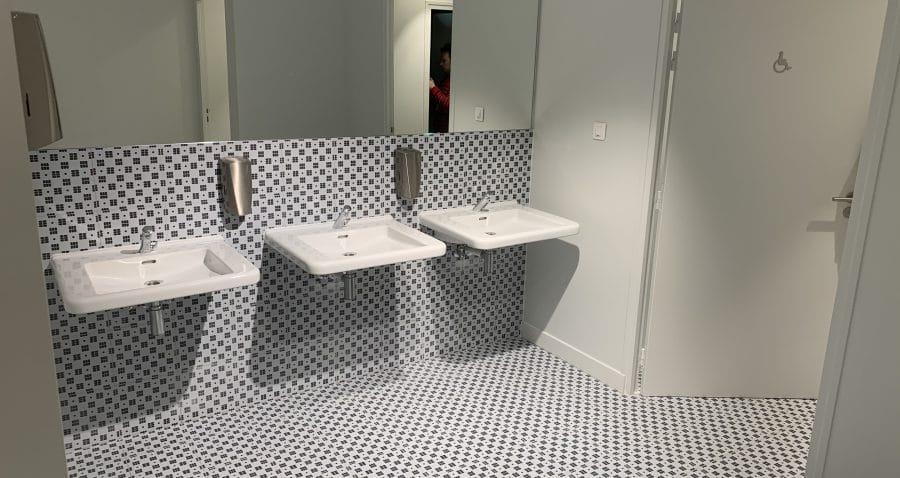 Photo des sanitaires de l'immeuble Seine Etoile à Suresnes (Société de La Tour Eiffel).